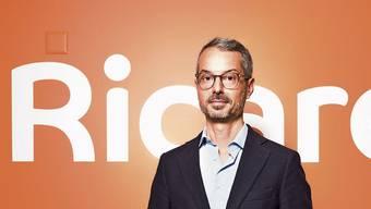 Der Tessiner an der Spitze des Schweizer Onlinemarktplatzes: Francesco Vass vor dem neuen Ricardo-Logo.