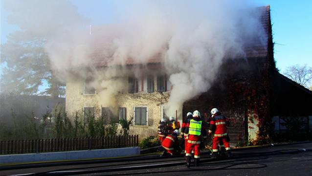 Die Feuerwehr im Löscheinsatz beim brennenden Haus in Dottikon.