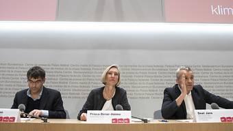 Die SP-Nationalräte Roger Nordmann (VD), Prisca Birrer-Heimo (LU) und Beat Jans (BS) (vlnr) stellen das neue Wirtschaftskonzept der SP Schweiz vor.