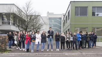 Achermanns Schüler wehrten sich und übergaben im November dem Schlieremer Stadtpräsidenten Markus Bärtschiger (SP) eine Petition, mit der sie verhindern wollten, dass ihrem beliebten Seklehrer gekündigt wird.
