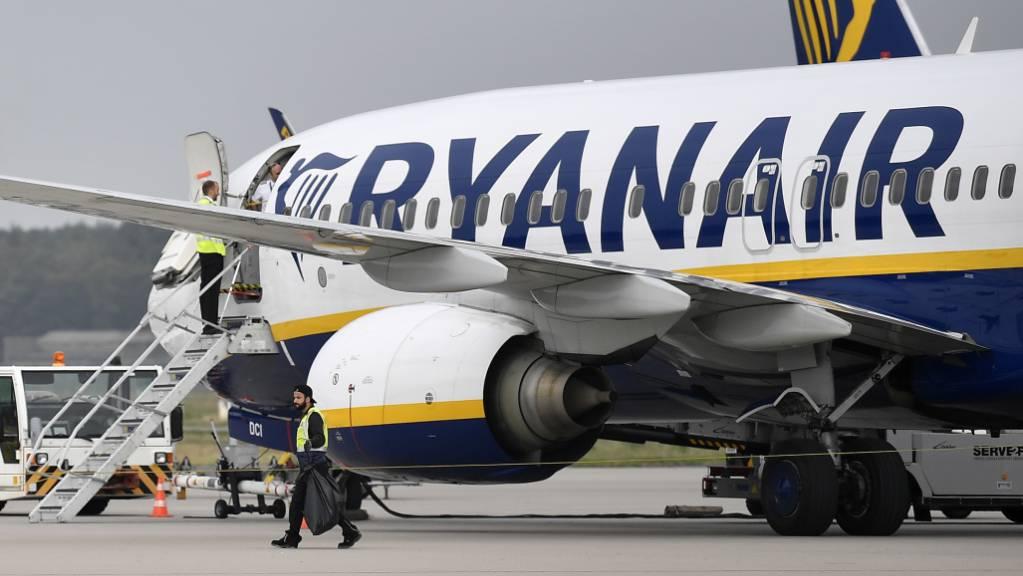 Der irische Billigflieger Ryanair rechnet wegen des Flugverbots für die Boeing-Maschinen vom Typ 737 Max im kommenden Sommer mit weniger Passagieren. Nun werden Standorte dichtgemacht. (Archiv)