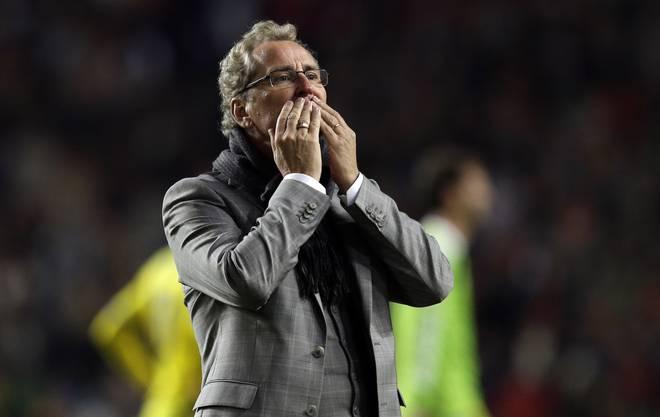 Schwedens Coach Erik Hamren bedankt sich am Ende der Partie beim Publikum mit Handküssen. Grund zur Freude hatte er keinen.