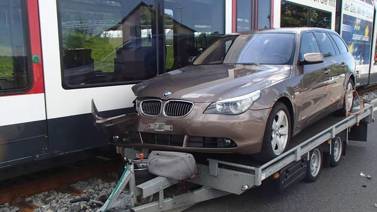 Am Samstag machte sich in Hallwil AG ein Anhänger, der mit einem Auto beladen war, selbstständig und prallte gegen einen Zug.