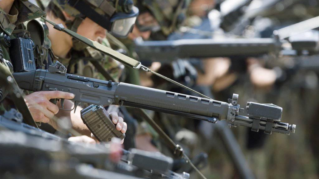 Rekruten bei der Munitionskontrolle nach einer Schiessübung. (Symbolbild)