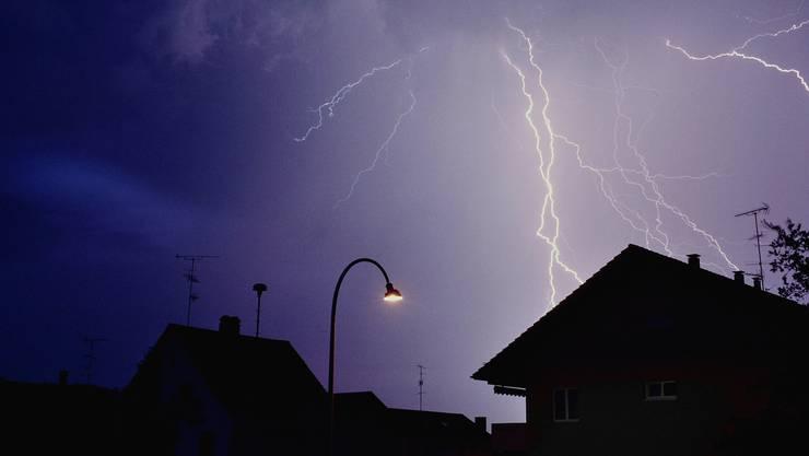 Die meteocentrale schrieb, es bestünde die Gefahr von Hagel, Starkregen und Sturmböen. Die Blitzaktivität sei zudem hoch.