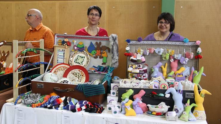 Zwei Verkäuferinnen präsentieren ihre Ware