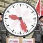 Arbeitszeiten waren und sind immer wieder ein brisantes Thema, wie etwa hier im Jahr 2013: Mitglieder der «Sonntagsallianz» liefern die gesammelten Unterschriften für das Referendum «Nein zum 24-Stunden-Arbeitstag» bei der Bundeskanzlei ab. (Archiv)