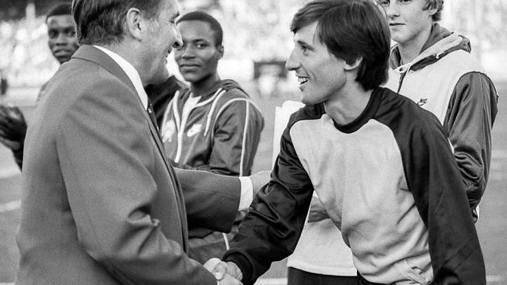 """Res Brügger, 1982 Direktor von """"Weltklasse Zürich"""", heisst Sebastian Coe im Letzigrund willkommen."""