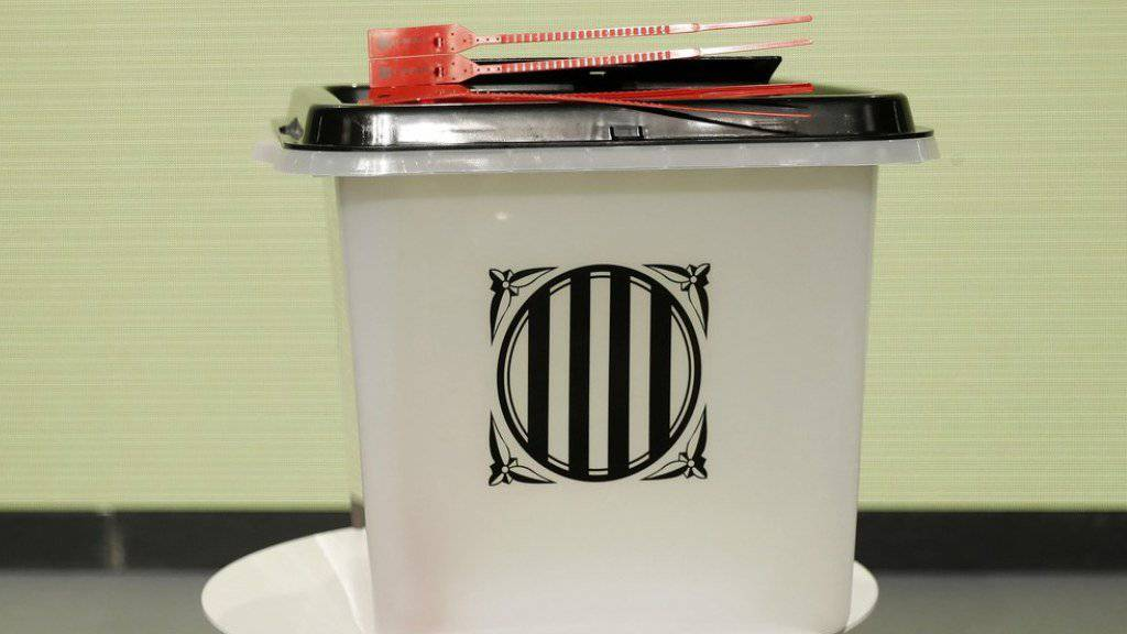 Ungeachtet eines gerichtlichen Verbots und des Widerstands aus Madrid will die Regierung in Katalonien über die Unabhängigkeit abstimmen lassen. In den über 2300 Wahllokalen sollen am Sonntag solche Urnen stehen.