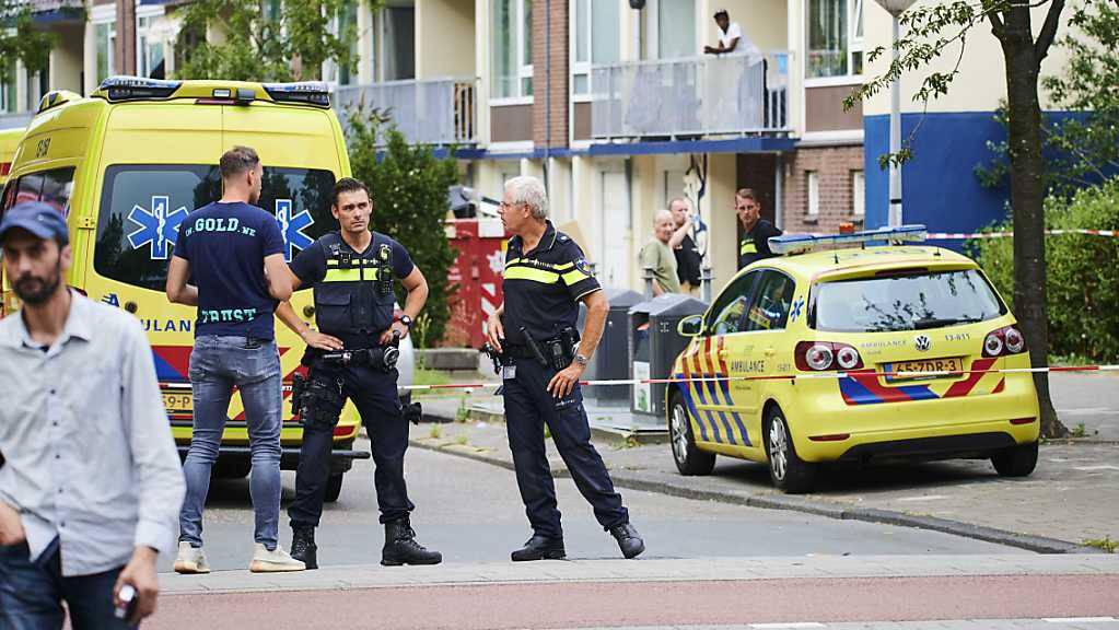 Polizisten und Krankenwagen stehen am Einsatzort. Beamte haben auf einen 23-jährigen deutschen Mann geschossen, der verwirrtes Verhalten zeigte und drohte, sich und die Polizei zu verletzen. Der Mann erlag später seinen Verletzungen.