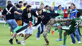 Pro-Palästina-Aktivisten attackieren Spieler des Clubs Maccabi Haifa.
