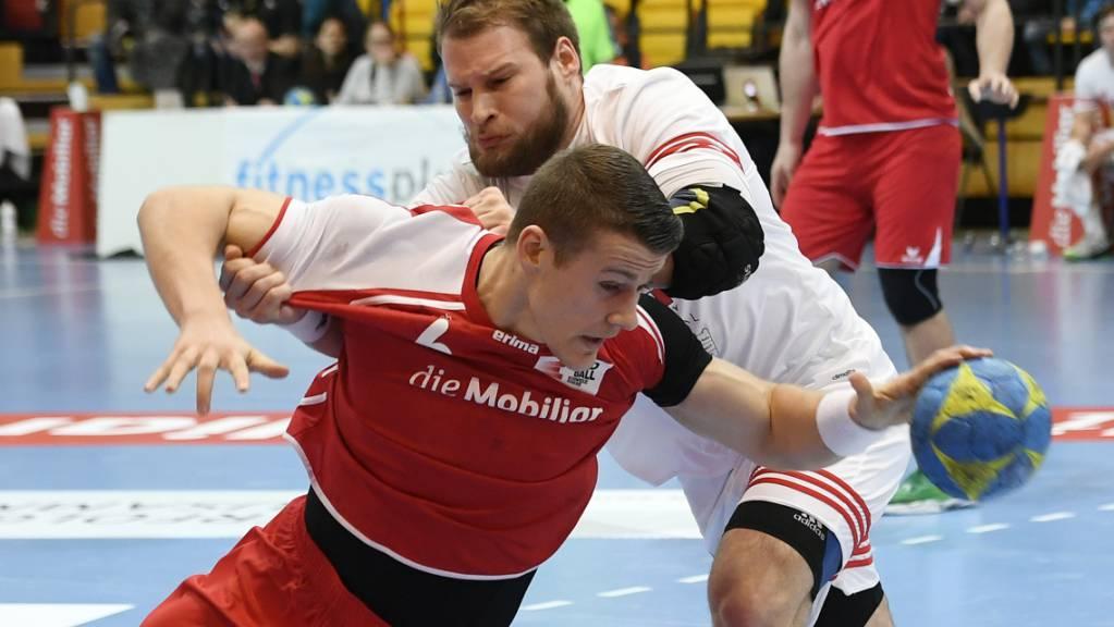 Der Schweizer Internationale Cédrie Tynowski (vorne) erzielte im EHC-Cup für Pfadi Winterthur acht Tore. (Archivbild)