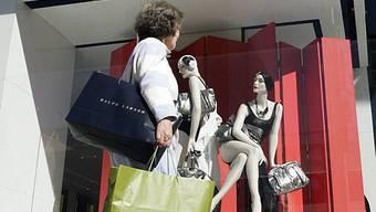 Eine Shopperin vor einer Chanel-Boutique am Rodeo Drive in Los Angeles