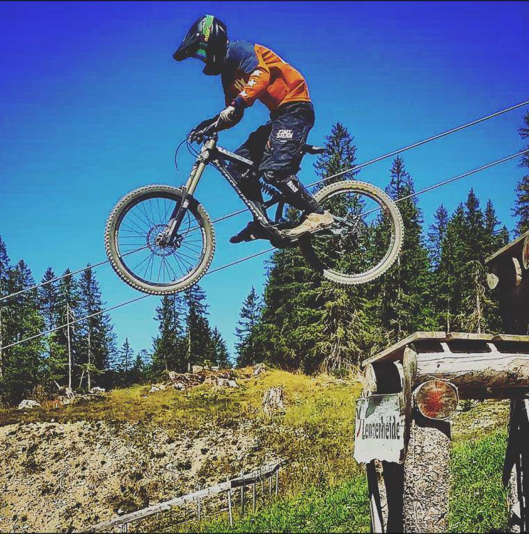 Auch im Sommer war Dario gerne mit seinem Bike in der Lenzerheide unterwegs. (© zVg)