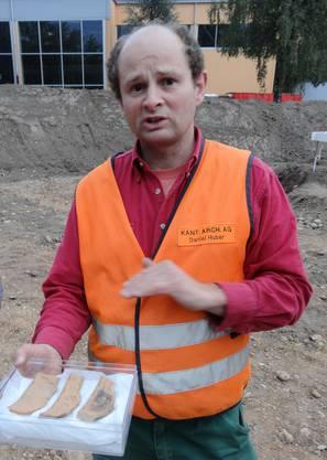 Daniel Huber von der Kantonsarchäologie mit ausgegrabenen Keramikscherben