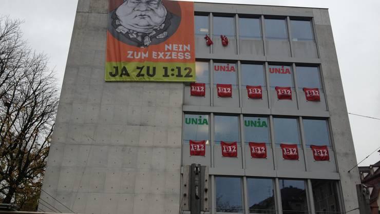 Das übergrosse «Ja zu 1:12»-Plakat handelte dem Gewerkschaftshaus am Claraplatz eine Anzeige ein. Am Mittwoch wurde es wieder eingezogen.