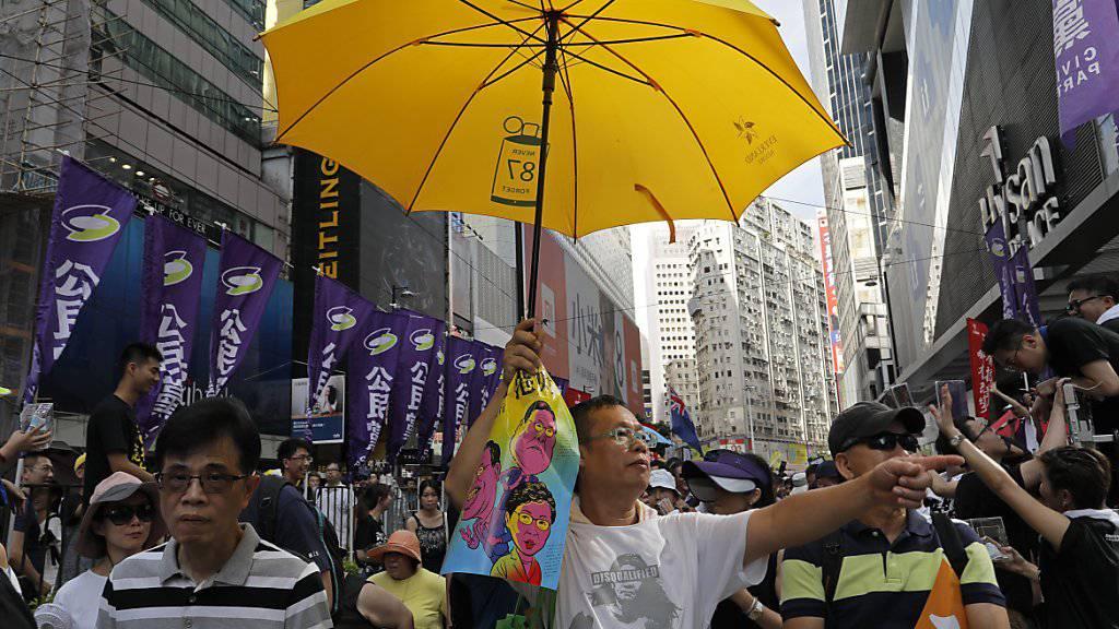 Die Organisatoren schätzten die Zahl der Teilnehmer des Protestmarsches am Jahrestag der Rückgabe der früheren britischen Kronkolonie an China auf etwa 50'000. Die Polizei sprach von knapp 10'000 Demonstranten.