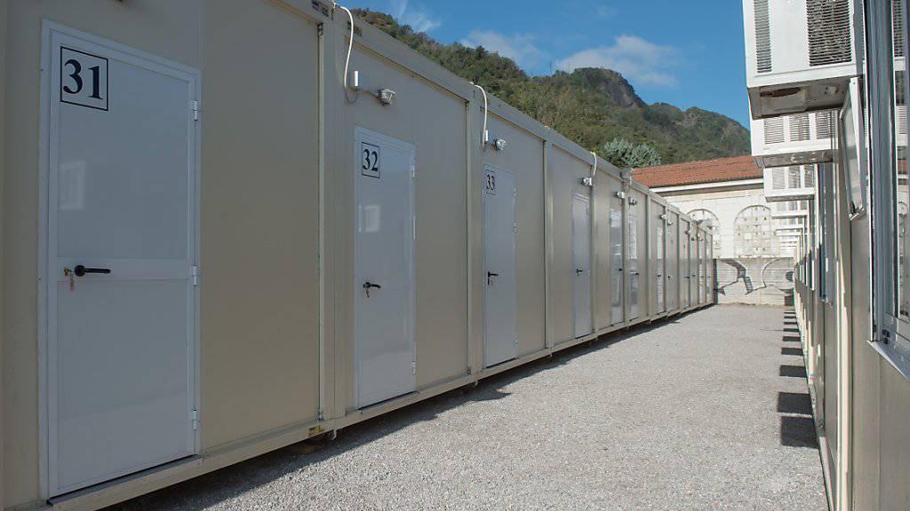 Wohncontainer des neuen Aufnahmezentrums für Flüchtlinge in Como, das am Montag eröffnet wurde. (KEYSTONE/Ti-Press/Pablo Gianinazzi)