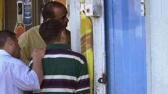 Iraker vor einem Geschäft mit Alkohol in Bagdad (Symbolbild)