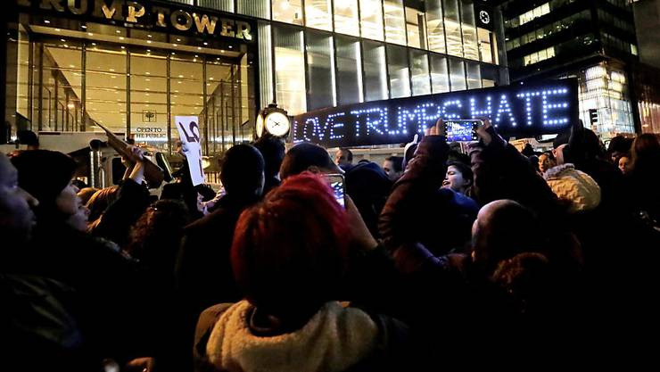 """Liebe besiegt Hass"" (Love trumps hate): Vor dem Trump Tower in New York versammelten sich hunderte Demonstranten, um gegen den frisch gewählten US-Präsidenten Donald Trump zu protestieren."