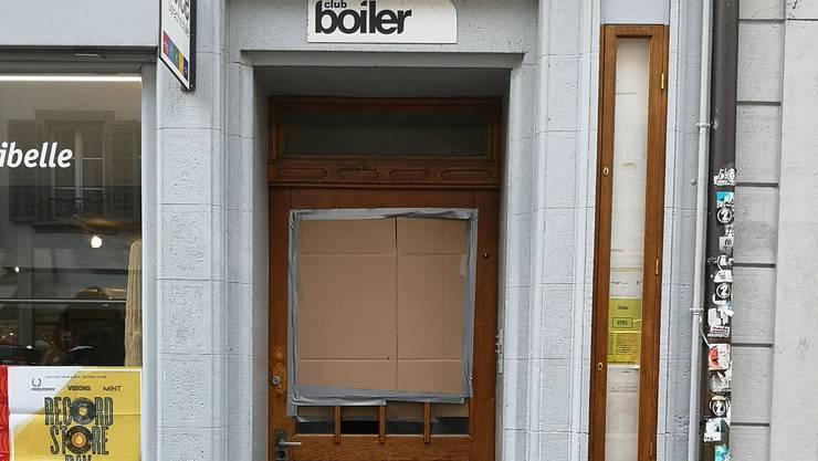 Die Tür des «Boiler» in der Aarauer Altstadt. Die kaputte Stelle wurde mit Karton überdeckt.