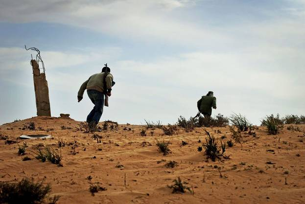 Rebellen attackieren Gaddafis Truppen.