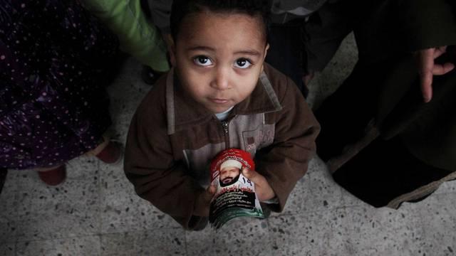 Ein junger Ägypter hält Wahl-Flyer eines Kandidaten in der Hand