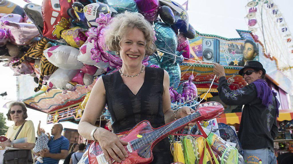 Die Zürcher Stadtpräsidentin Corine Mauch posiert an der offiziellen Eröffnung des Züri Fäschts mit einer Plastikgitarre.