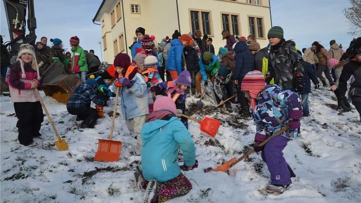 Mit viel Eifer begannen Schülerinnen und Schüler den Aushub für den Schulhausneubau.