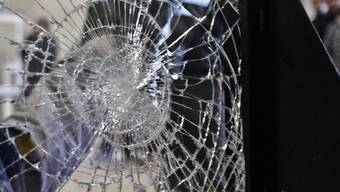 Ein Anwohner hatte eine Scheibe klirren gehört – die Kantonspolizei rückte mit einem Grossaufgebot aus. (Symbolbild)