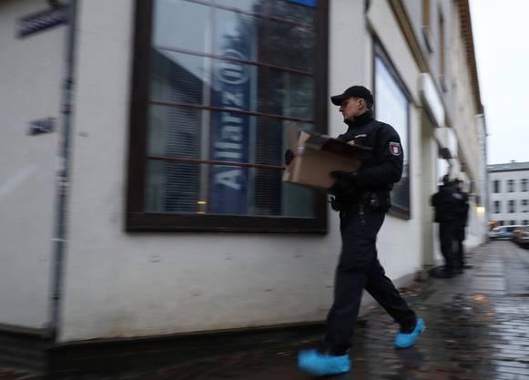 Einsatzkräfte der Polizei durchsuchten rund 200 Ziele, wie eine Sprecherin des Innenministeriums erklärte.