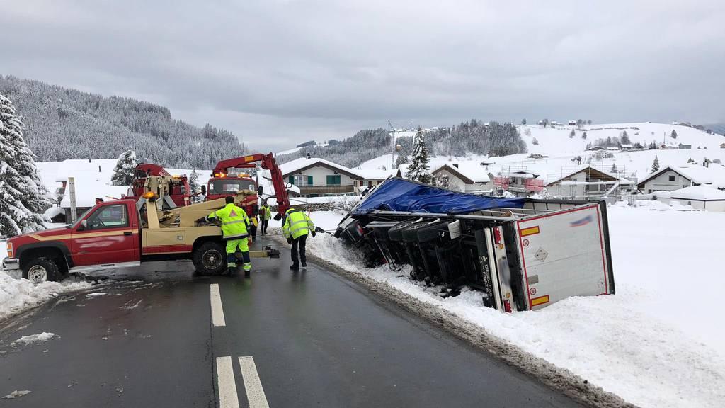 Lastwagen kippt und bleibt im Schnee liegen