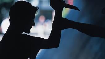 Ein Jugendlicher greift mit dem Messer an (Symbolbild)