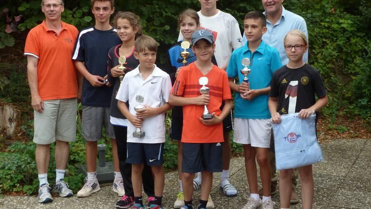 Zeigten grosses Tennis: Die Sieger am Dino-Cup mit der Turnierleitung.