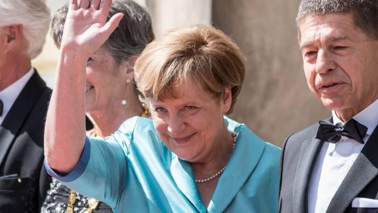 Angela Merkel und Ehemann Joachim Sauer bei der Eröffnung der Bayreuther Festspiele 2015: Heuer muss die deutsche Bundeskanzlerin den feierlichen Festivalauftakt aus Termingründen schwänzen. (Archiv)