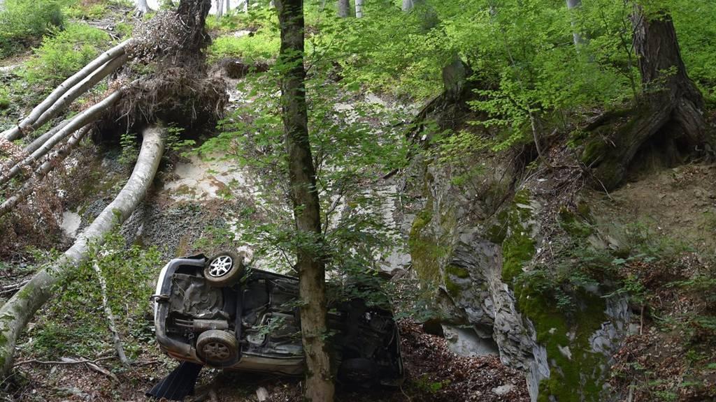 Das Auto kam total beschädigt vor einem grossen Felsen zum Stillstand.
