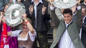 Das Double der Bayern: Vanessa Bürki und Robert Lewandowski mit Meisterschale auf dem Münchner Rathausbalkon.