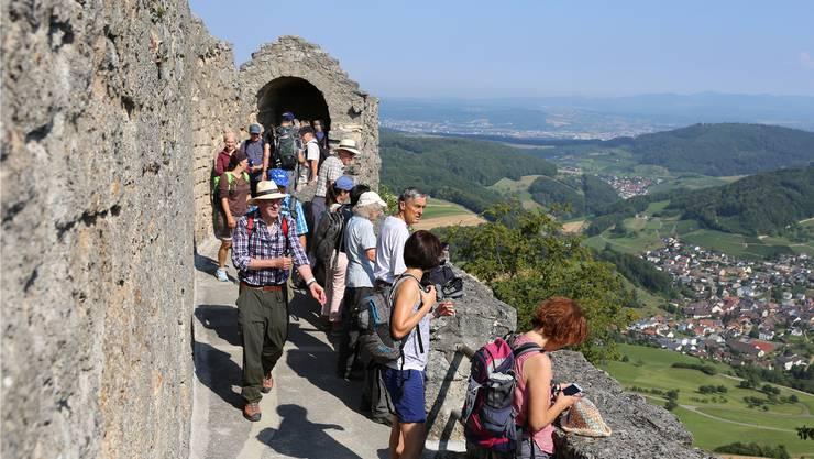 Der Aufstieg lohnt sich: Von Burgen und Ruinen hat man oft einen wunderbaren Ausblick. Hier von der Farnsburg aus.