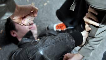 Bei einer Schlägerei musste der Kosovare vom Opfer weggezerrt werden, bevor er es noch schwerer verletzt hätte. (Symbolbild)