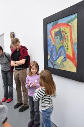 Rollentausch im Aargauer Kunsthaus: Für einmal führten nicht Erwachsene durch die Bilderausstellung, sondern Kinder. In Zweierteams übernahmen die jungen Kunstführer die Leitung durchs Kunsthaus. Dominique (6, links) und Carla (7) waren zu Beginn ein bisschen nervös, doch sie wussten über die Gemälde, die sie präsentierten, gut Bescheid. So vermittelten sie den Besuchern ungewohnte Blickwinkel und interessante Details auf eine erfrischende Art. (ROS)