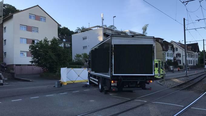Links eingespurt, aber rechts abgebogen: Der Chauffeur übersah in Binningen eine Velofahrerin – mit fatalen Folgen. (zvg / Polizei Baselland)