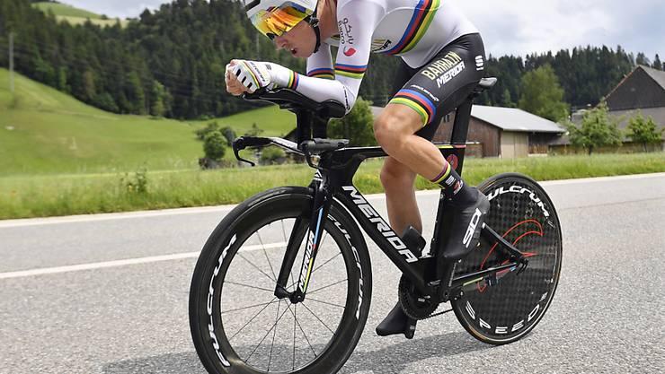 Der Australier Rohan Dennis, der erste Leader der Tour de Suisse, auf dem Weg zu seinem ersten Sieg im Dress des Weltmeisters