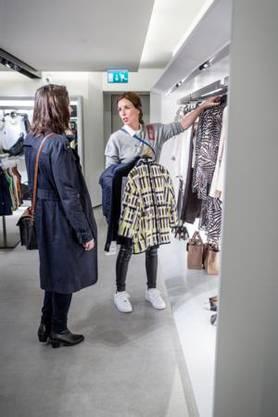 Die Personal Shopperin macht sich erst ein genaues Bild von den Wünschen ihrer Kunden, bevor es losgeht