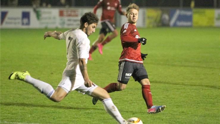 Rothrists Pascal Widmer (rechts) versucht, Luigi Milicaj zu stoppen.