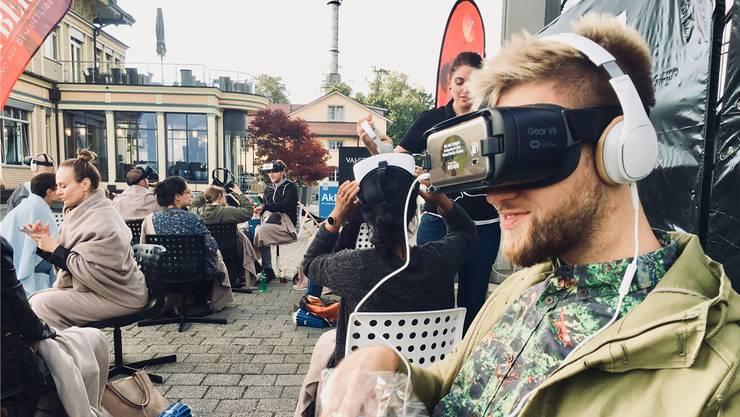Virtuelle Realität auf der Dachterrasse Zürichs: Besucher des VR-Kinos auf dem Üetliberg.