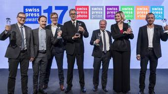 Die Gewinner der Swiss Press Awards von rechts: Zalmai Ahad, Pauline Vrolixs, Alain Rebetez, Sylvain Besson, Joël Widmer, Christoph Lenz und Carlo Silini.