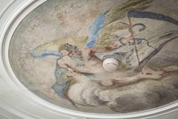 Römische Gottheit mit Brandmelder - wie hier muss bei der Sanierung vielerorts der Spagat zwischen Denkmalschutz und Sicherheitsmassnahmen gefunden werden