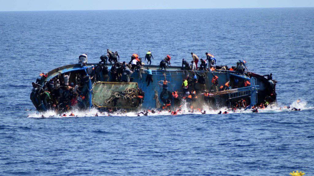 Ein überlebender Insasse namens David erzählt, was beim  Bootsunglück mit 22 Flüchtlingsopfern vom vergangenen Mittwoch genau passiert ist.(Symbolbild)
