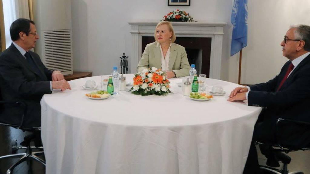 Die Uno-Sonderbeauftragten Elizabeth Spehar (Mitte) trifft sich am Flughafen von Nikosia mit dem Präsidenten der Republik Zypern, Nikos Anastasiades (l.) und dem Präsidenten der nur von der Türkei anerkannten Türkischen Republik Nordzypern, Mustafa Akinci (r.).