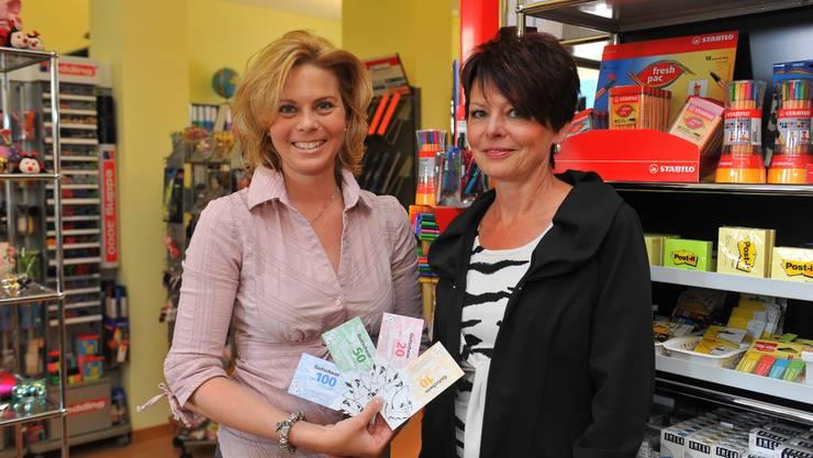 Agnes Mülchi von der Team Papeterie und Brigitte Gürber, Präsidentin des Gewerbevereins. Foto: Oliver Menge